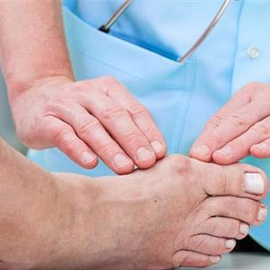 Растущая косточка около большого пальца ноги