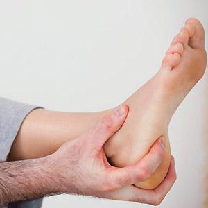 Почему болит пятка, когда на нее наступаешь - особенности лечения